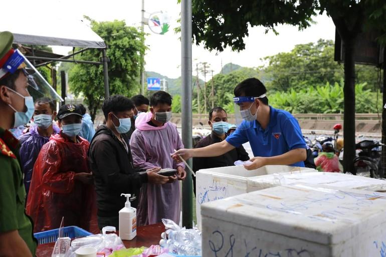 Chùa Tam Chúc, Bái Đính kết hợp các đơn vị hỗ trợ suất cơm, nước uống đến bà con trên đường về quê tại địa phận tỉnh Ninh Bình