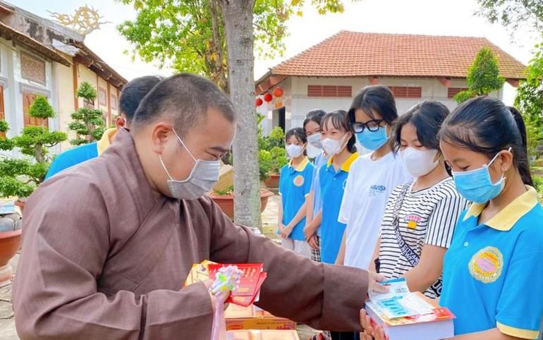Chùa Phật Bửu trao học bổng cho các em học sinh vượt khó trong mùa dịch bệnh tại huyện Tân Thạnh
