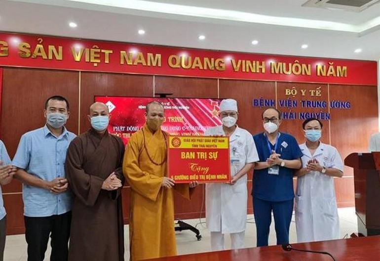 Ban Trị sự Phật giáo tỉnh Thái Nguyên trao tặng 5 giường bệnh đa năng hỗ trợ công tác điều trị của bệnh viện