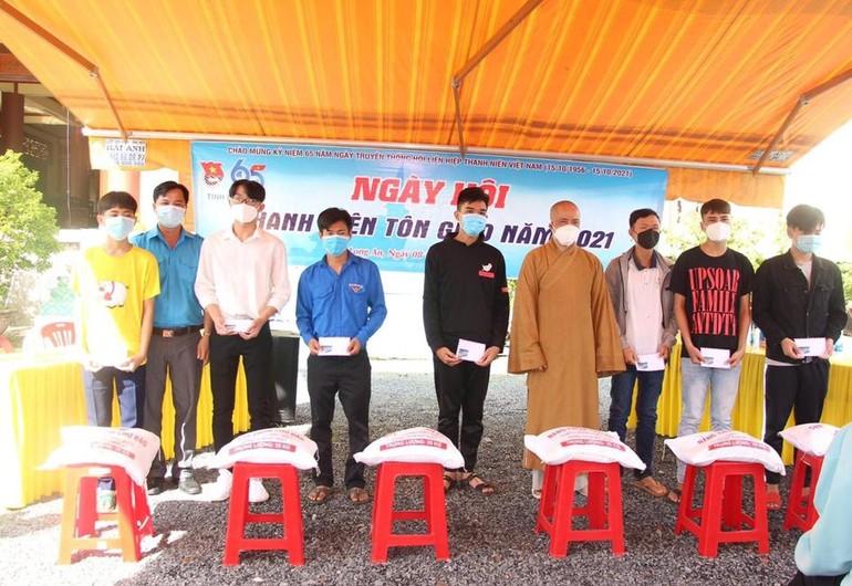 Ban Hướng dẫn Phật tử tỉnh Long An kết hợp Hội Liên hiệp Thanh niên VN tỉnh trao quà đến thanh niên tôn giáo