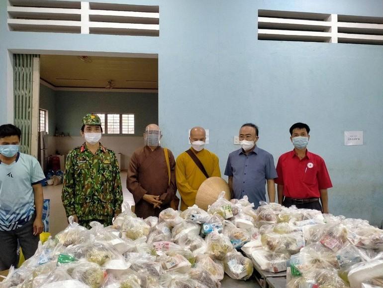 Chùa Mỹ Thạch, Phật tử, các nhà hảo tâm nấu hàng trăm suất cơm phục vụ người dân đang cách ly tập trung trên địa bàn huyện Chư Sê