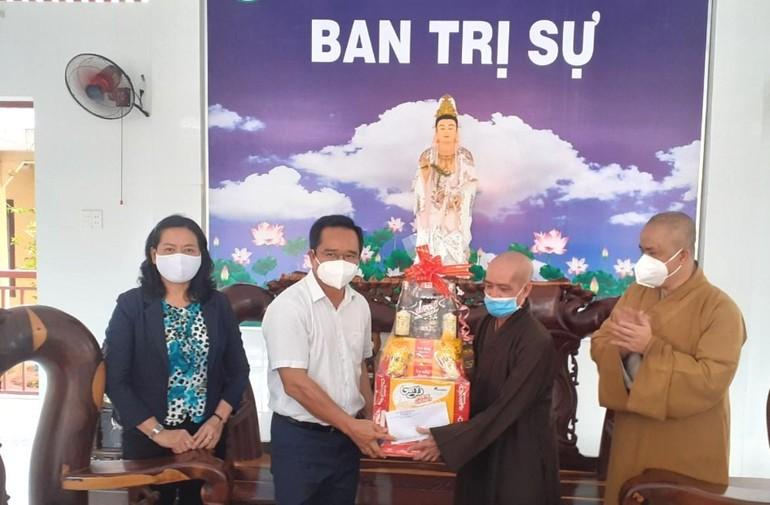 Ông Nguyễn Văn Được, Bí thư Tỉnh ủy Long An trao quà đến chư tôn đức Ban Trị sự huyện Thủ Thừa