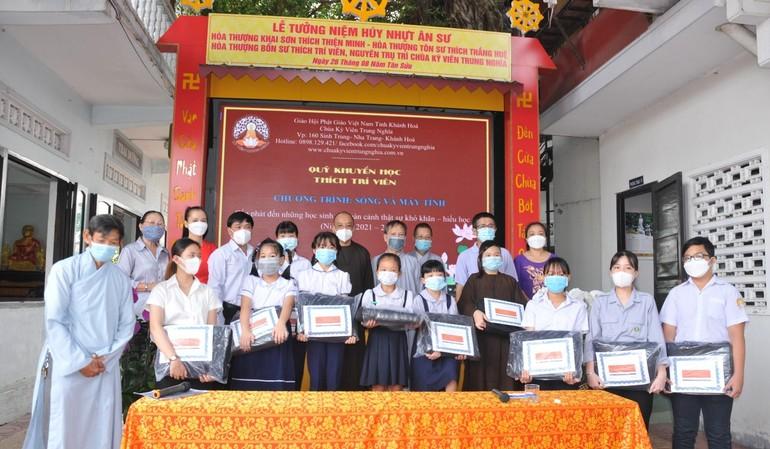 Quỹ Khuyến học Thích Trí Viên trao máy tính cho 10 học sinh khó khăn, nghèo hiếu học