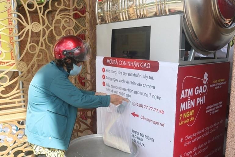 Cây ATM gạo do Ban Từ thiện - Xã hội Phật giáo TP.HCM phối hợp các đơn vị tài trợ, mỗi ngày tặng gần 4 tấn gạo