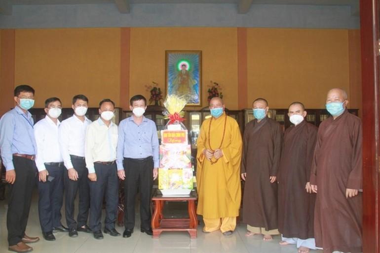 Ông Nguyễn Ánh Chức tặng quà đến Ban Trị sự Phật giáo tỉnh nhân chuyến thăm