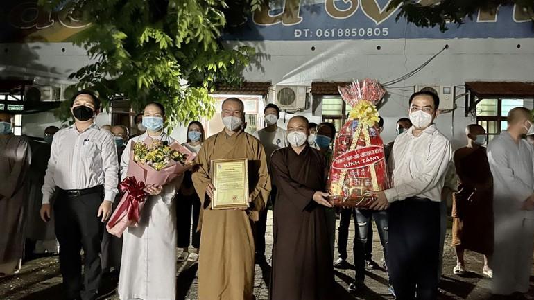 Lãnh đạo TP.Biên Hòa trao quà tri ân đến đại diện Ban Trị sự Phật giáo tỉnh Đồng Nai