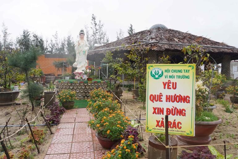 Vị Tăng trẻ cùng bà con Phật tử xây nhà từ chai nhựa phế thải
