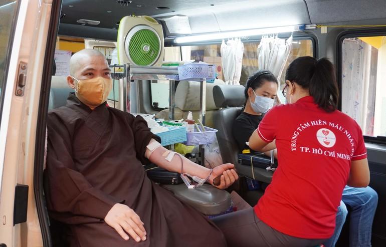Chư tôn đức Tăng chùa Vĩnh Nghiêm, Phật tử tham gia hiến máu nhân đạo sáng 21-3