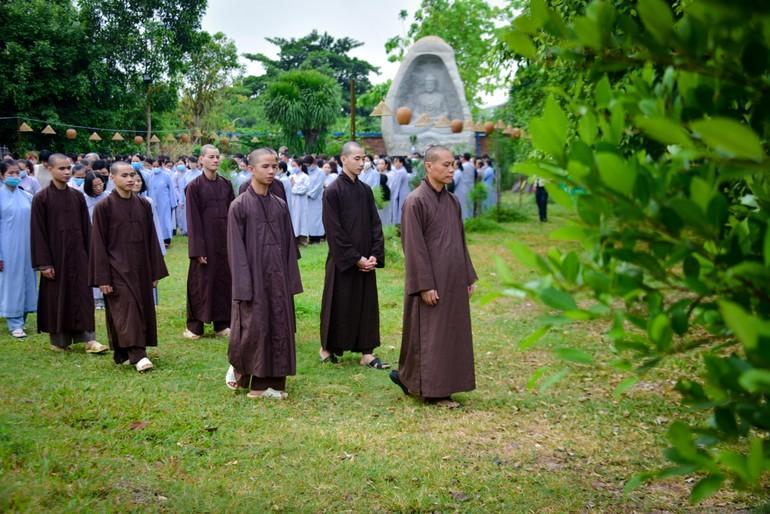 Khóa tu mở đầu bằng thời khóa thiền hành tại Tu viện Khánh An