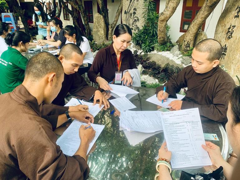 Chư Tăng, Phật tử đăng ký hiến máu nhân đạo tại chùa Vạn Đức