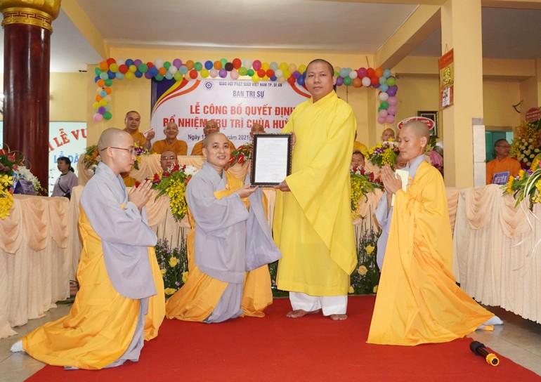 Đại đức Thích Thiện Tánh, Trưởng ban Trị sự GHPGVN TP.Dĩ An trao quyết định bổ nhiệm đến Sư cô Thích nữ Trung Hạnh