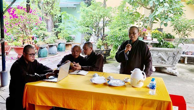 Thượng tọa Thích An Thường, Trưởng ban Trị sự GHPGVN huyện Củ Chi phát biểu tại buổi tập huấn