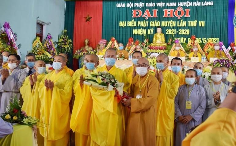 Hòa thượng Thích Thiện Tấn tặng hoa chúc mừng đến tân Ban Trị sự GHPGVN huyện Hải Lăng nhiệm kỳ 2021-2026