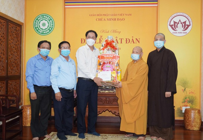 Lãnh đạo Ủy ban MTTQVN TP.HCM chúc mừng Phật đản đến Hòa Thượng Thích Thiện Nhơn