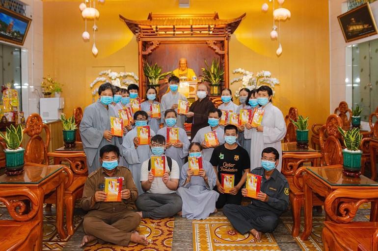Niềm hân hoan của hàng Phật tử khi được nhận cờ Phật giáo từ Hòa thượng Thích Hoằng Tri, trụ trì chùa Vạn Đức, TP.Thủ Đức