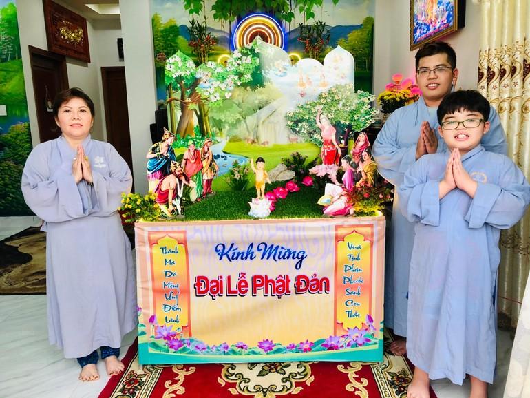 Niềm vui tại lễ đài tư gia nhà Phật tử Hoằng Đương - Ảnh: Nguyện Truyền