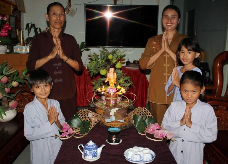 Những thiết trí kính mừng Phật đản mộc mạc, chân thành tràn đầy niềm hỷ lạc được dâng lên cúng dường ngày Khánh đản
