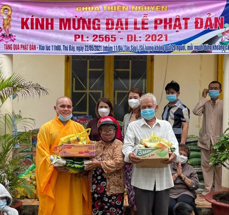 Nhân Phật đản, Đại đức Thích Huệ Đạo trao quà đến bà con khó khăn
