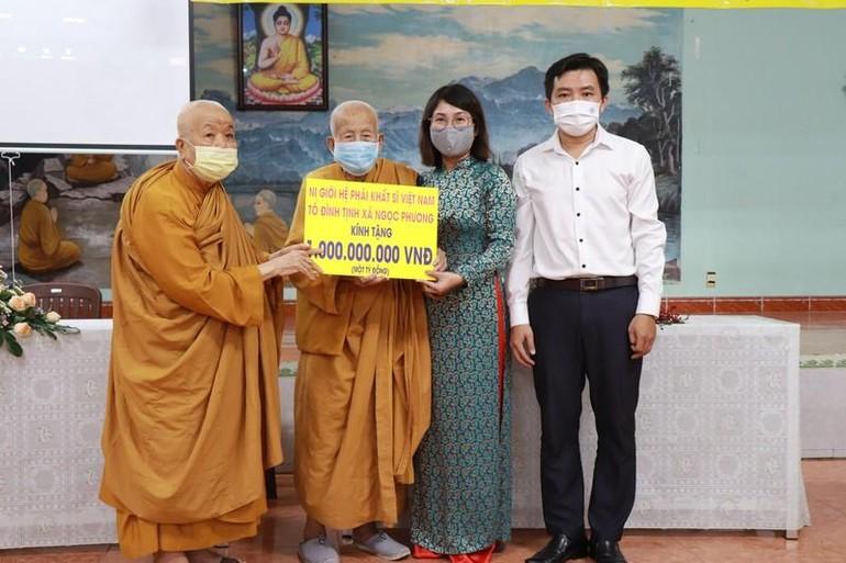Ni trưởng Thích nữ Tân Liên đại diện Ni giới Hệ phái Khất sĩ trao 1 tỷ đồng đến Hiệp hội Hữu nghị Việt Nam tại TP.HCM