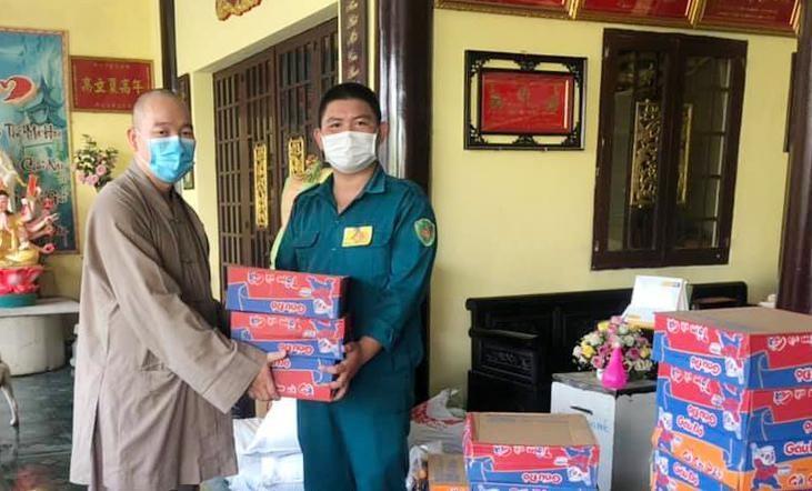 Chùa Minh Giác gửi các phần quà nhờ đại diện phường Hiệp Bình Chánh trao đến các hộ dân đang cách ly