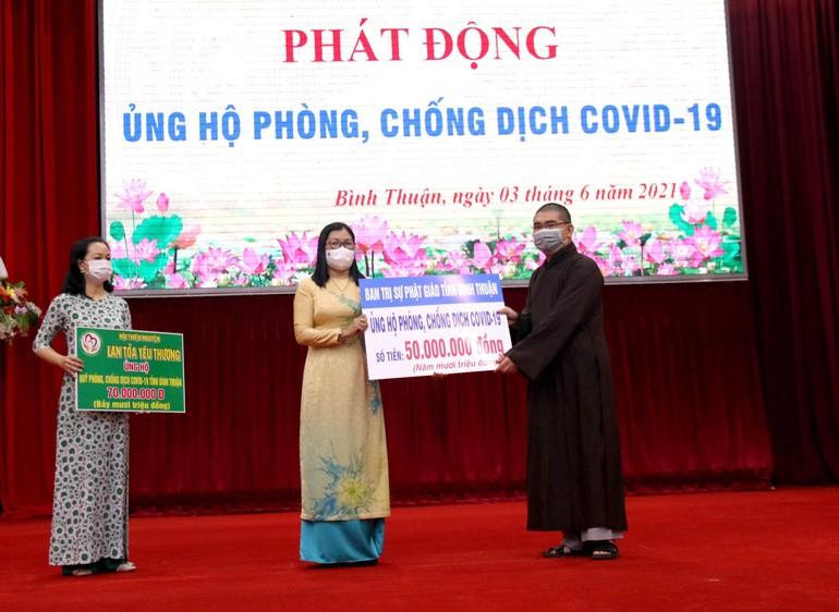 Đại đức Thích Nguyên Nguyệt trao số tiền 50 triệu đồng ủng hộ quỹ đến Ủy ban MTTQVN tỉnh