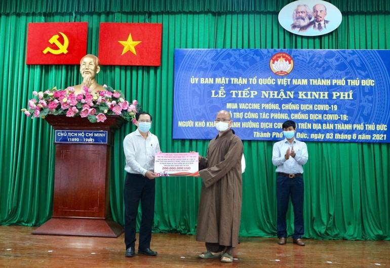 Đại đức Thích Minh Đạo, trụ trì Nam Thiên Nhất Trụ trao 200 triệu đồng đến Ủy ban MTTQVN TP.Thủ Đức