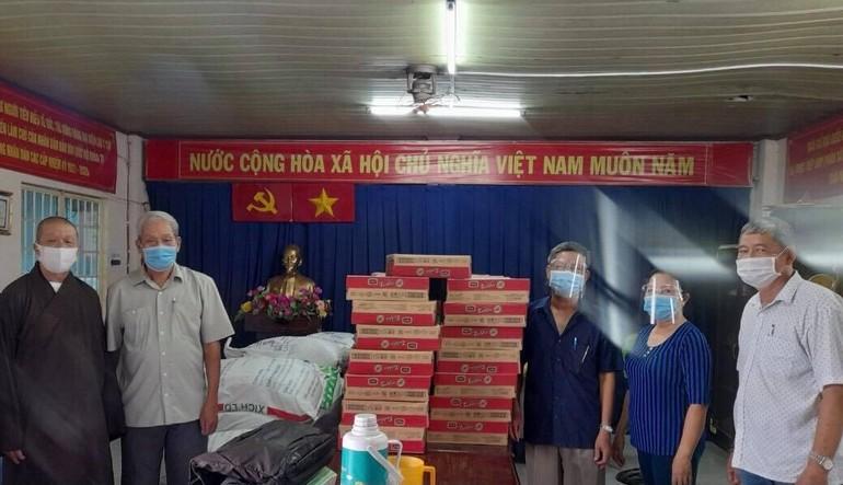 Thượng tọa Thích Giác Trí, viện chủ chùa Minh Giác tặng quà đến bà con khó khăn trên địa bàn TP.Thủ Đức