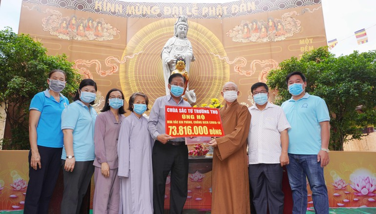 Hòa thượng Thích Tịnh Thành trao số tiền ủng hộ mua vắc-xin đến ông Lê Tấn Quốc, Chủ tịch Ủy ban MTTQVN phường 7