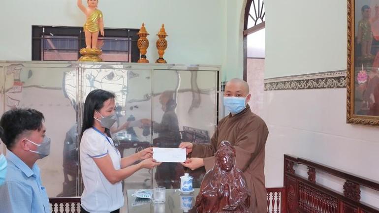Đại đức Thích Hạnh Hiếu trao tiền ủng hộ mua vắc-xin Covid-19 đến Ủy ban MTTQVN xã Phú Hòa Đông