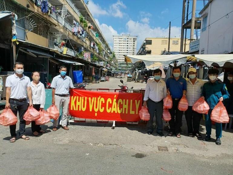 Chùa Vĩnh Long gửi tặng các suất chay tới đại diện Ủy ban Nhân dân phường 2 để chia sẻ đến bà con khu cách ly