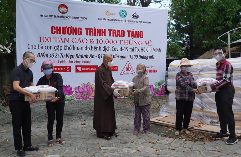 Ban Văn hóa Phật giáo TP.HCM trao quà tại quận 12