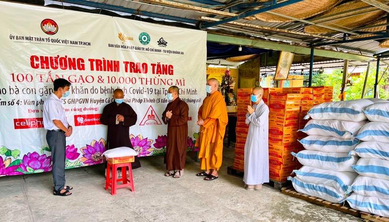 Chư tôn đức Ban Văn hóa GHPGVN TP.HCM trao quà tại chùa Pháp Thành, huyện Củ Chi - Ảnh: CGT