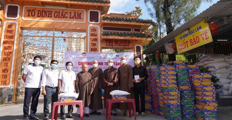Ban Văn hóa GHPGVN TP.HCM trao các phần quà tại quận Tân Bình