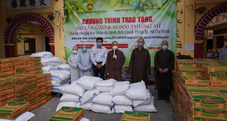 Ban Văn hóa GHPGVN TP.HCM trao quà đến Ban Trị sự GHPGVN quận 8 tại chùa Long Hoa