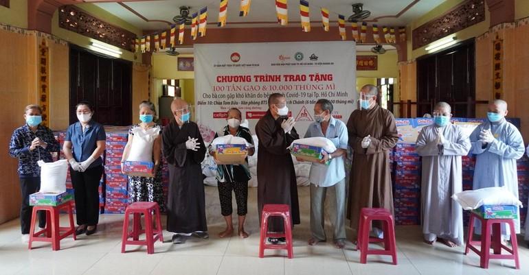 Chư tôn đức Ban văn hóa Phật giáo TP.HCM, Ban Trị sự Phật giáo huyện Bình Chánh trao các phần quà đến người dân tại huyện Bình Chánh