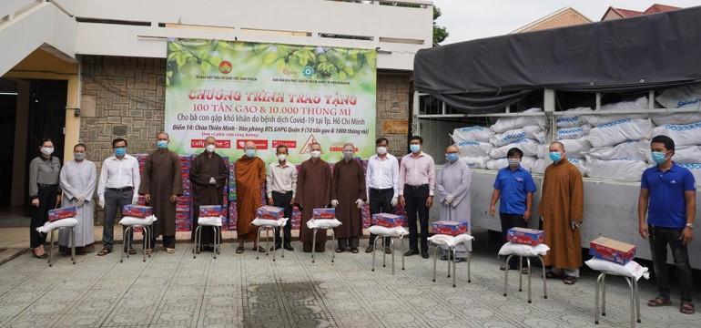 Ban Văn hóa GHPGVN TP.HCM trao các phần quà tại chùa Thiên Minh