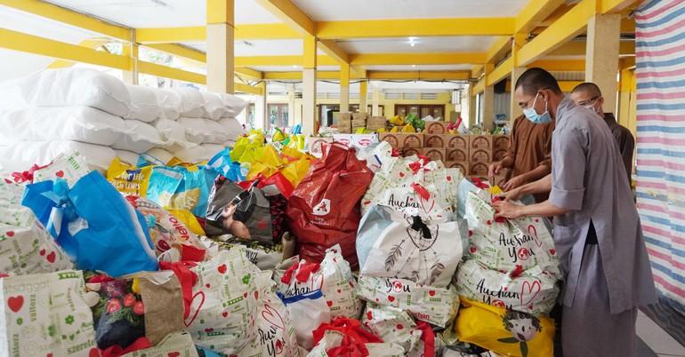 1.200 phần quà được Ban từ thiện - Xã hội Phật giáo TP.HCM chuyển đến bà con khó khăn quận 3