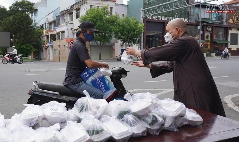 Chùa Vĩnh Nghiêm tặng cơm chay miễn phí mỗi ngày đến hết giãn cách xã hội