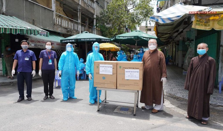Chư tôn đức Phật giáo TP.HCM tặng khẩu trang đến người dân khu cách ly y tế chung cư Ấn Quang, phường 9, quận 10