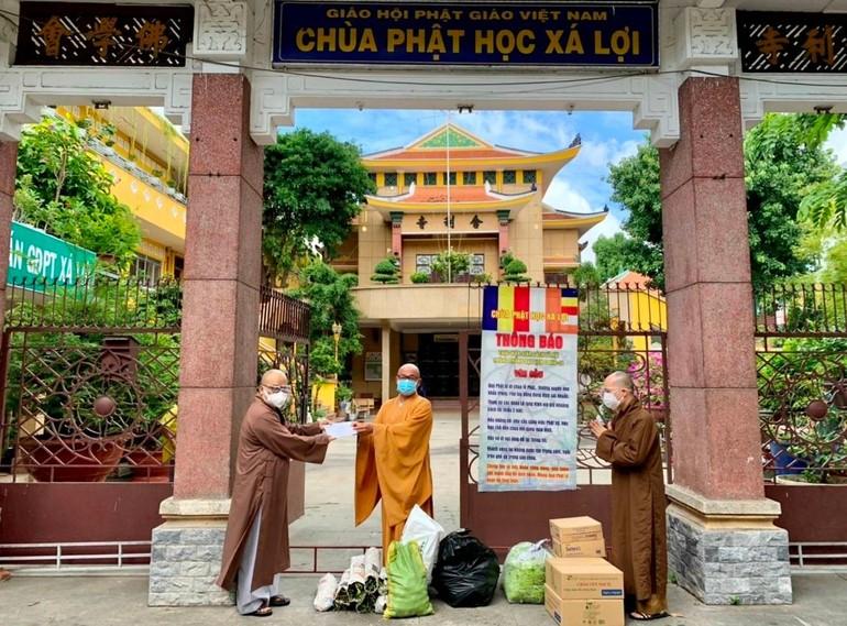 Phật giáo quận 3 cúng dường các điểm cấm túc an cư trên địa bàn