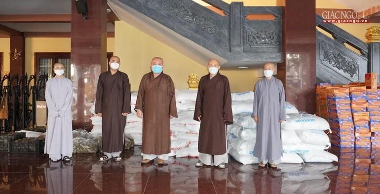 Phật giáo quận 12 ủng hộ 200 triệu đồng, cùng nhu yếu phẩm đến Ban Trị sự GHPGVN TP gửi đến các bến ăn trong mùa dịch