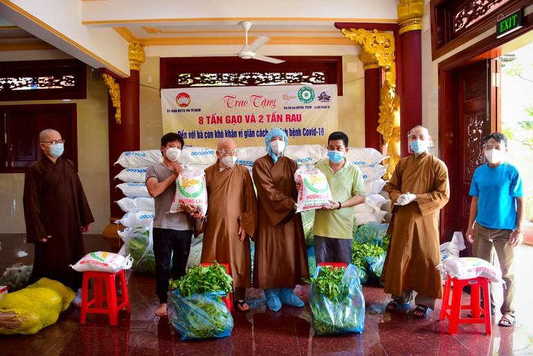 Ban Văn hóa GHPGVN TP.HCM trao gạo, rau đến bà con tại địa bàn quận 1