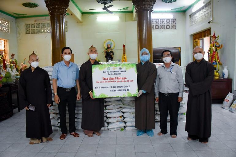 Ban Văn hóa Phật giáo TP.HCM tặng quà tại chùa Giác Huệ, quận 7