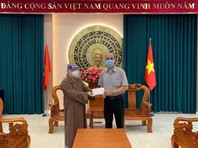 Đại đức Thích Thiện Châu trao kinh phí ủng hộ tuyến đầu chống dịch tại UBND quận 3