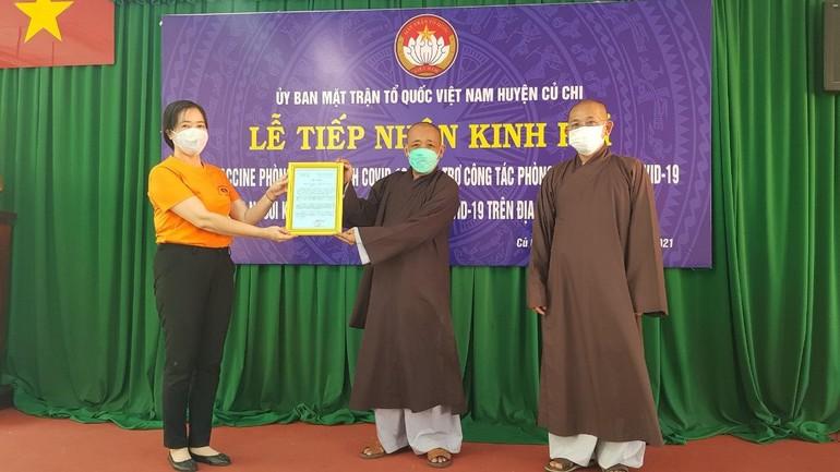 Phật giáo huyện Củ Chi nhận thư cảm ơn của Ủy ban MTTQVN huyện Củ Chi - Ảnh: TT