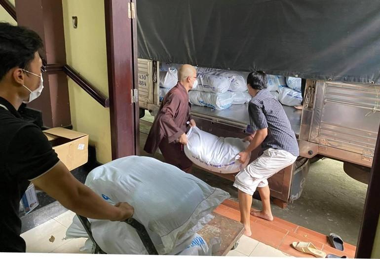 Tặng 5 tấn gạo, 500 thùng mì được Đại đức Thích Minh Đạo, Phật tử vận chuyển đến thị xã Tân Uyên, ngày 17-8 - Ảnh: Trời Nam