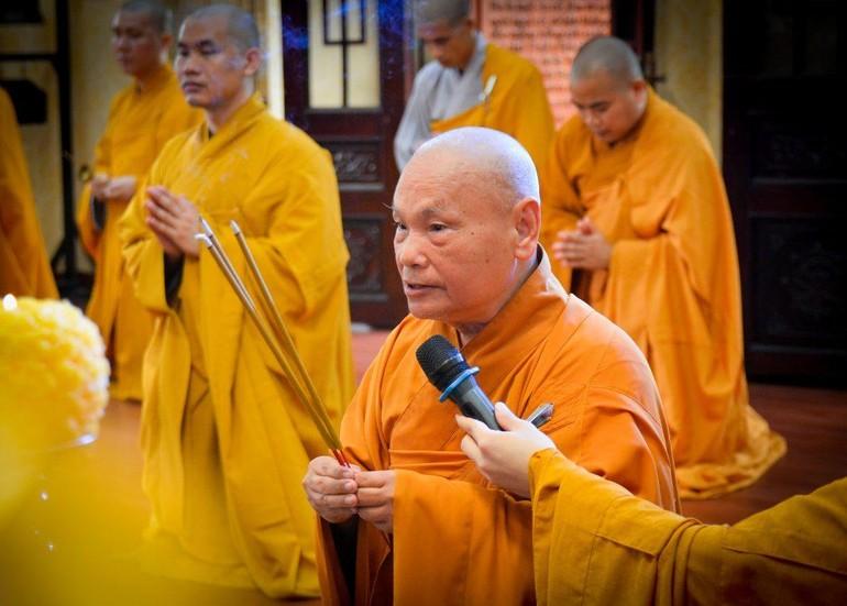 Hòa thượng Chủ tịch Hội đồng Trị sự niêm hương bạch Phật trong khóa lễ Tự tứ của chư Tăng nội tự tại chùa Minh Đạo