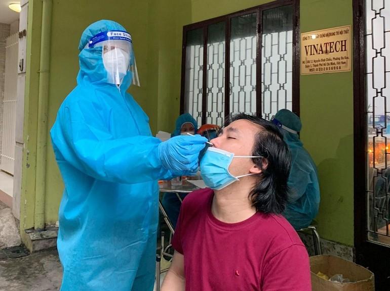 Anh Nguyên Hữu - Trần Lê Huy Linh làm tình nguyện viên lấy mẫu xét nghiệm Covid-19 tại quận 1