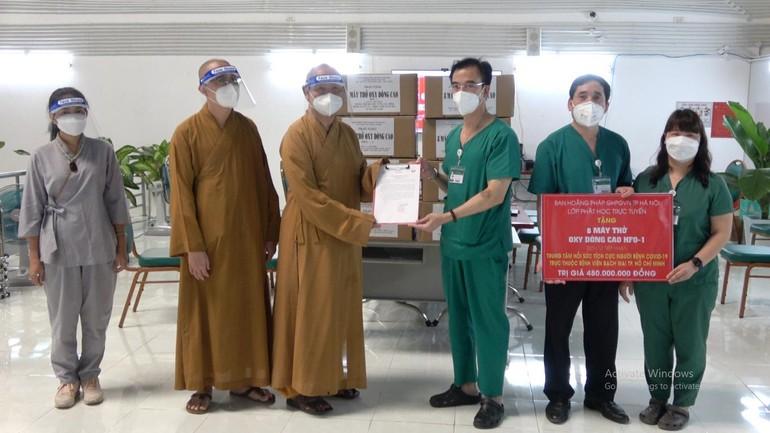 Thượng tọa Thích Huệ Công, Quyền Trưởng Ban Trị sự GHPGVN quận 8 nhận thư cảm ơn từ Trung tâm Hồi sức tích cực người bệnh Covid-19 thuộc Bệnh viện Bạch Mai