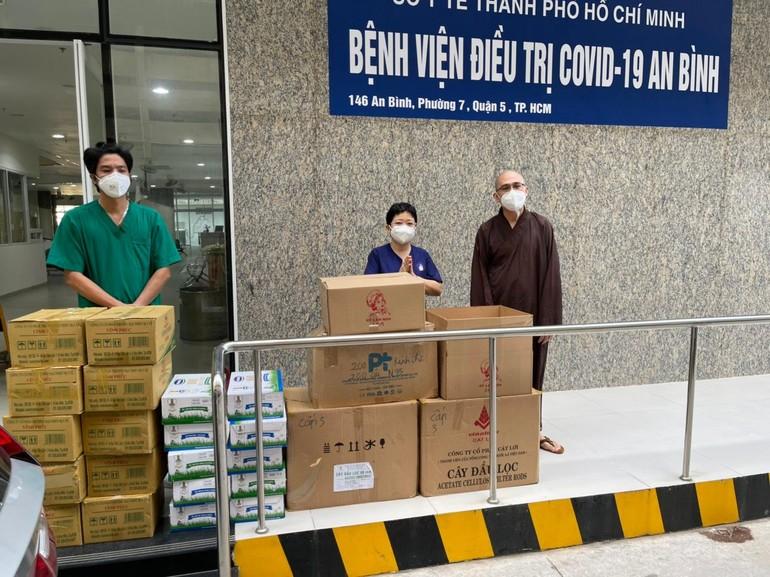 Đại đức Thích Thông Chấn trao tặng vật tư y tế đến bệnh viện